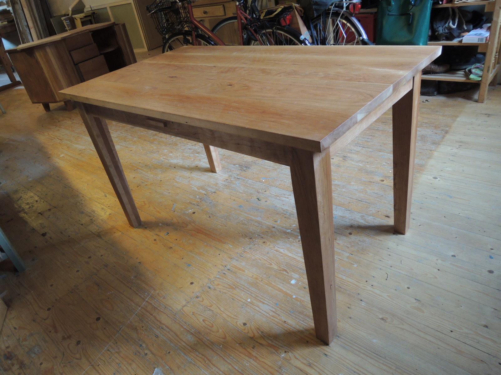 Tafel van kersenhout.